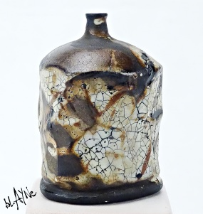 Black clay ( Sio2 , 1200c ) Wood fire 1220c. Shino glazes.